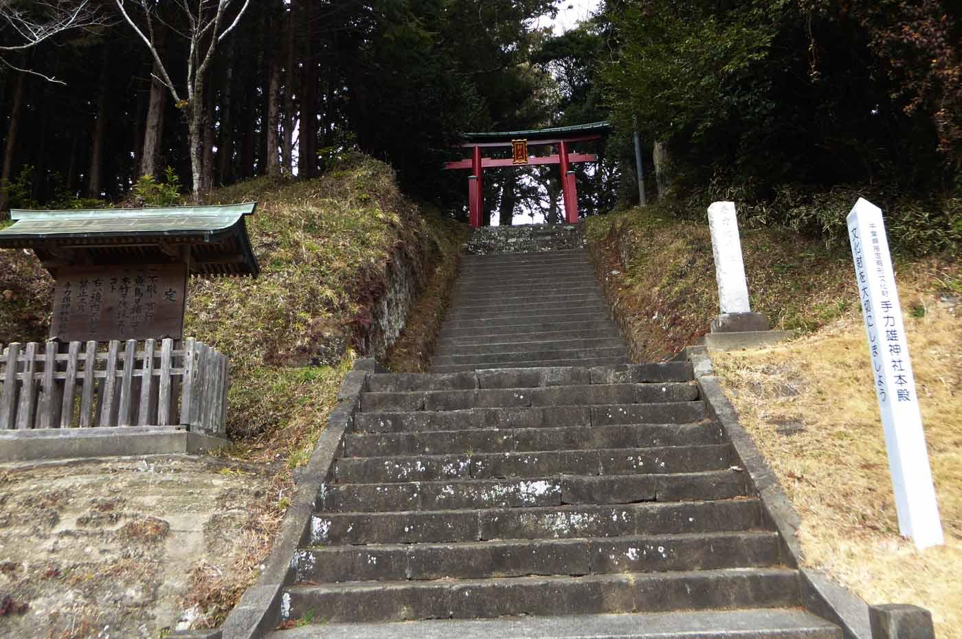 鳥居と拝殿への長い階段
