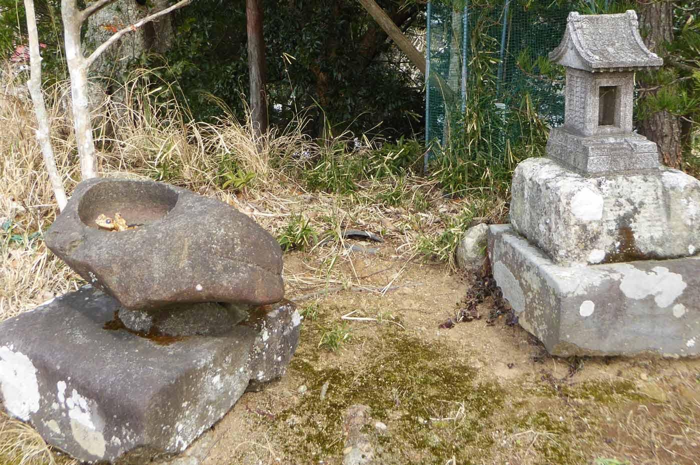 手水石と石祠の画像