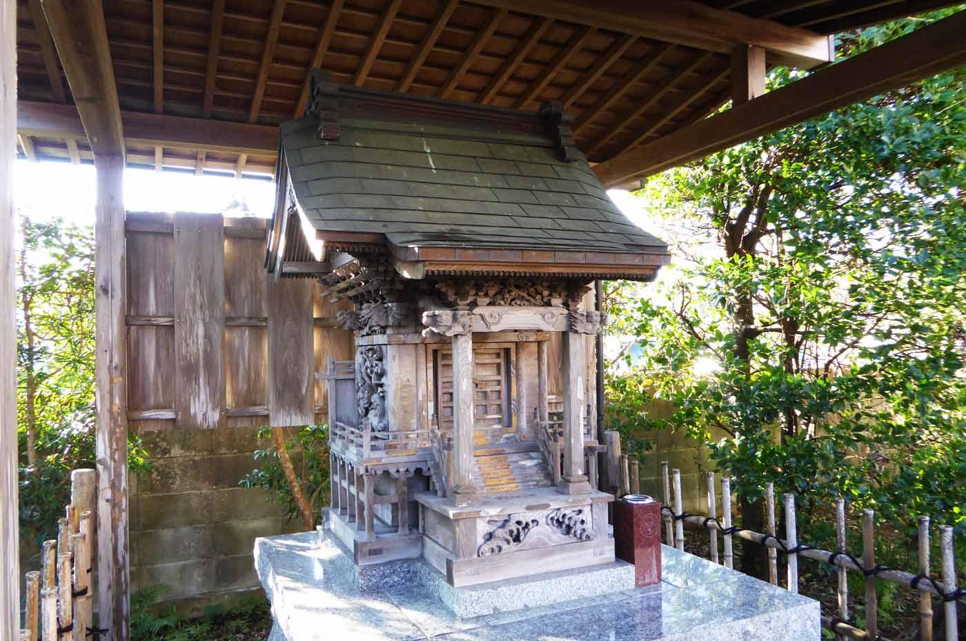 境内の稲荷神社アップ