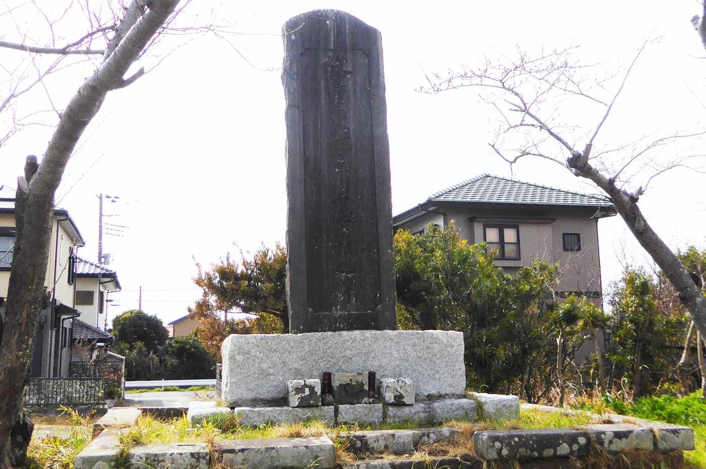 本堂左手前の石碑
