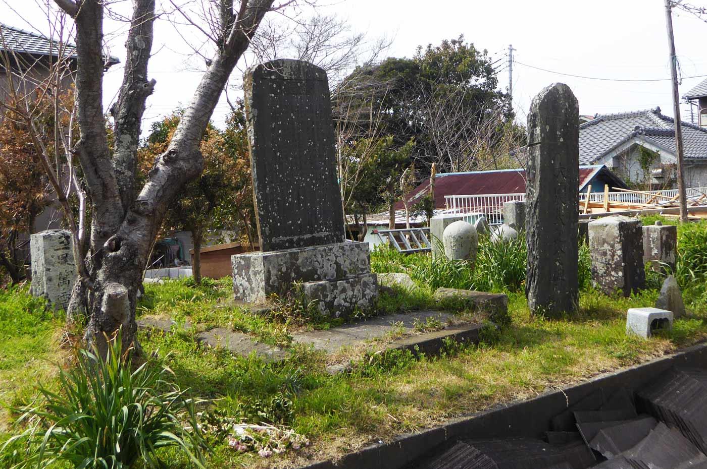 本堂左の石碑