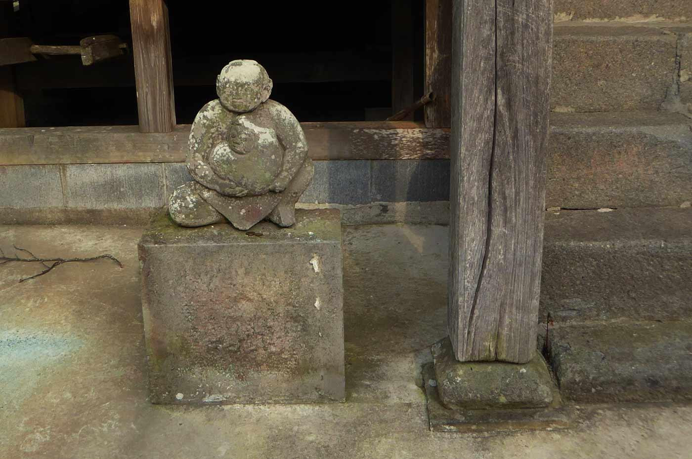 観音堂左の石像