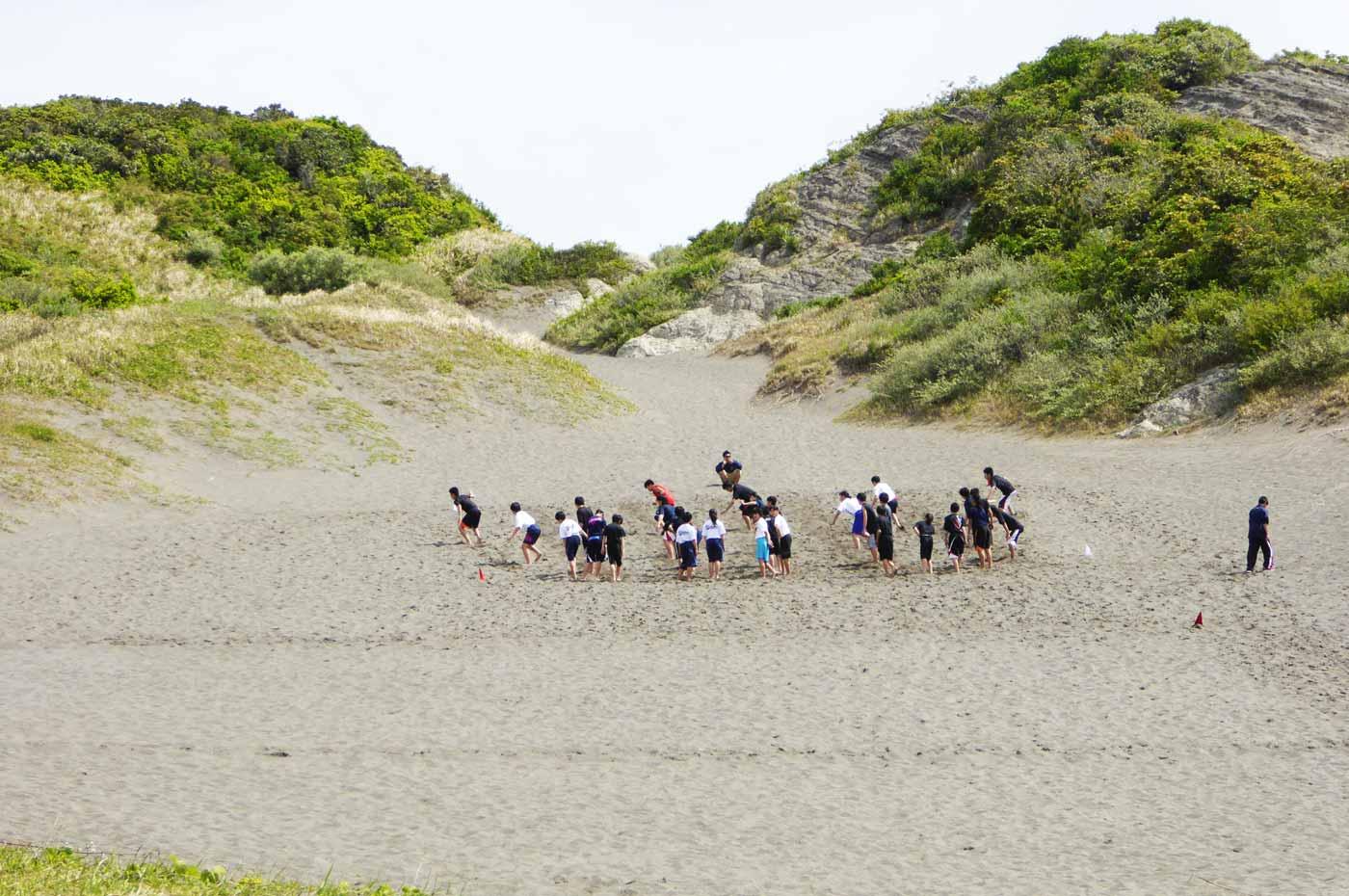海側の砂山で練習する中学生
