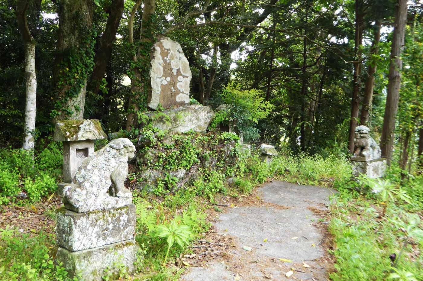 天満宮拝殿右の神社跡