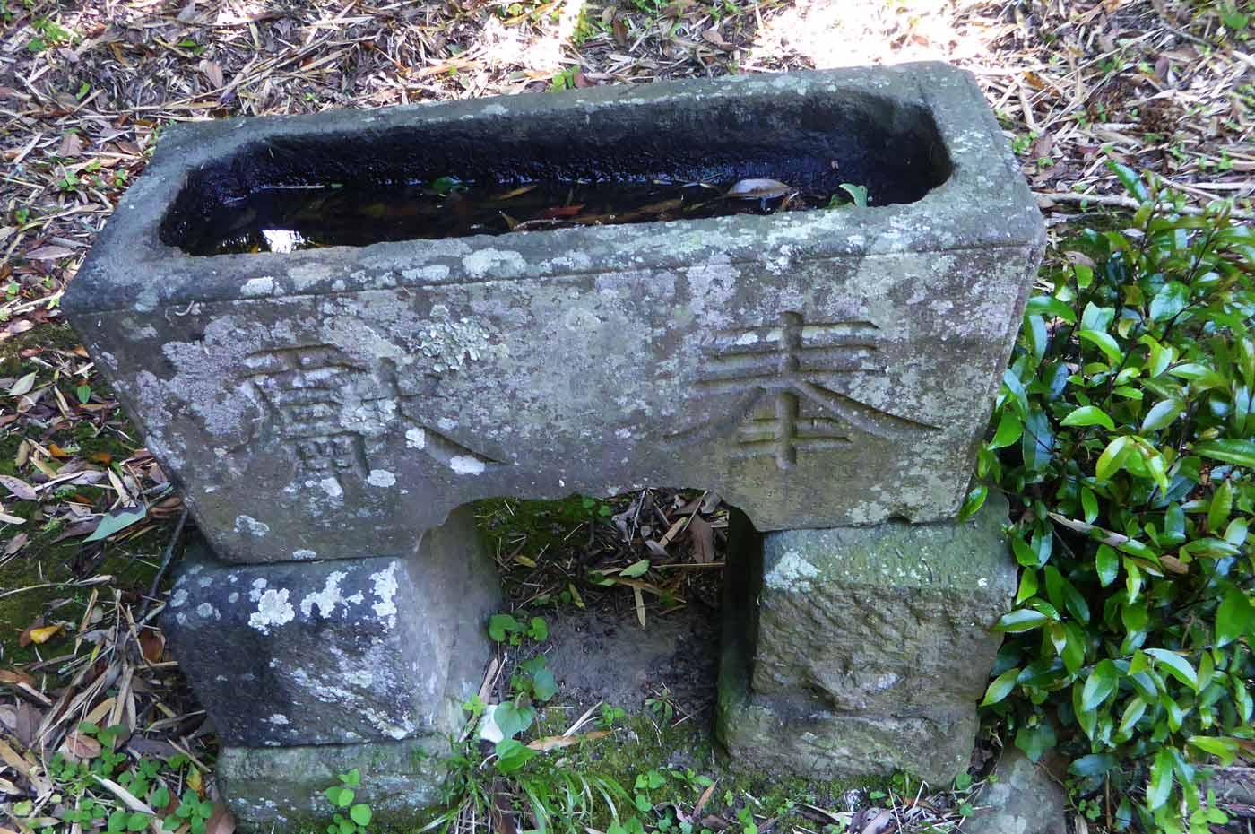 水岡神社手水石の画像