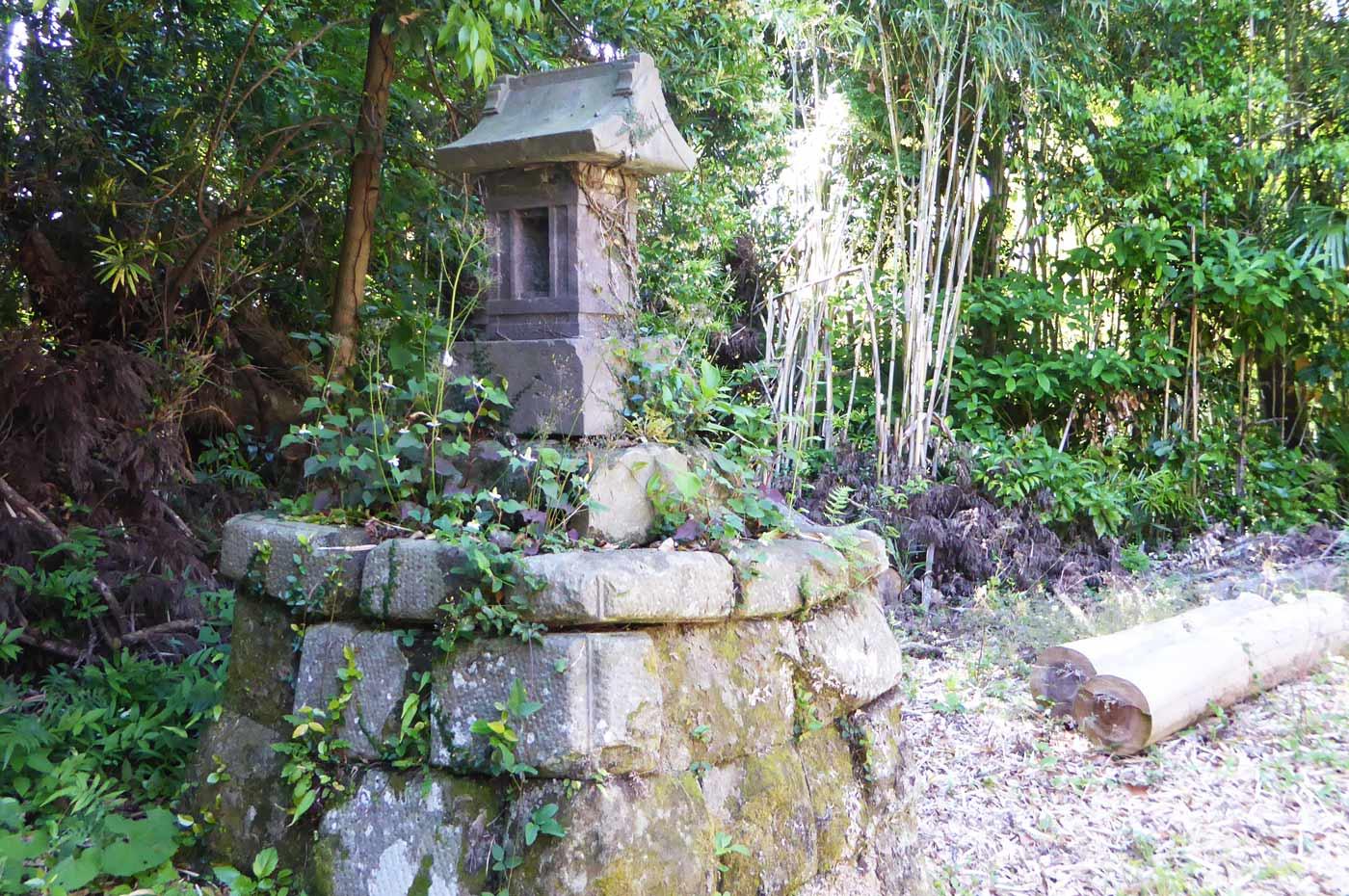 水岡神社拝殿左の石祠の画像