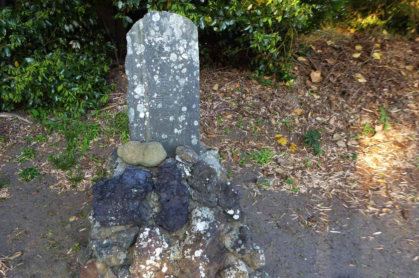 手水舎横の石碑の画像