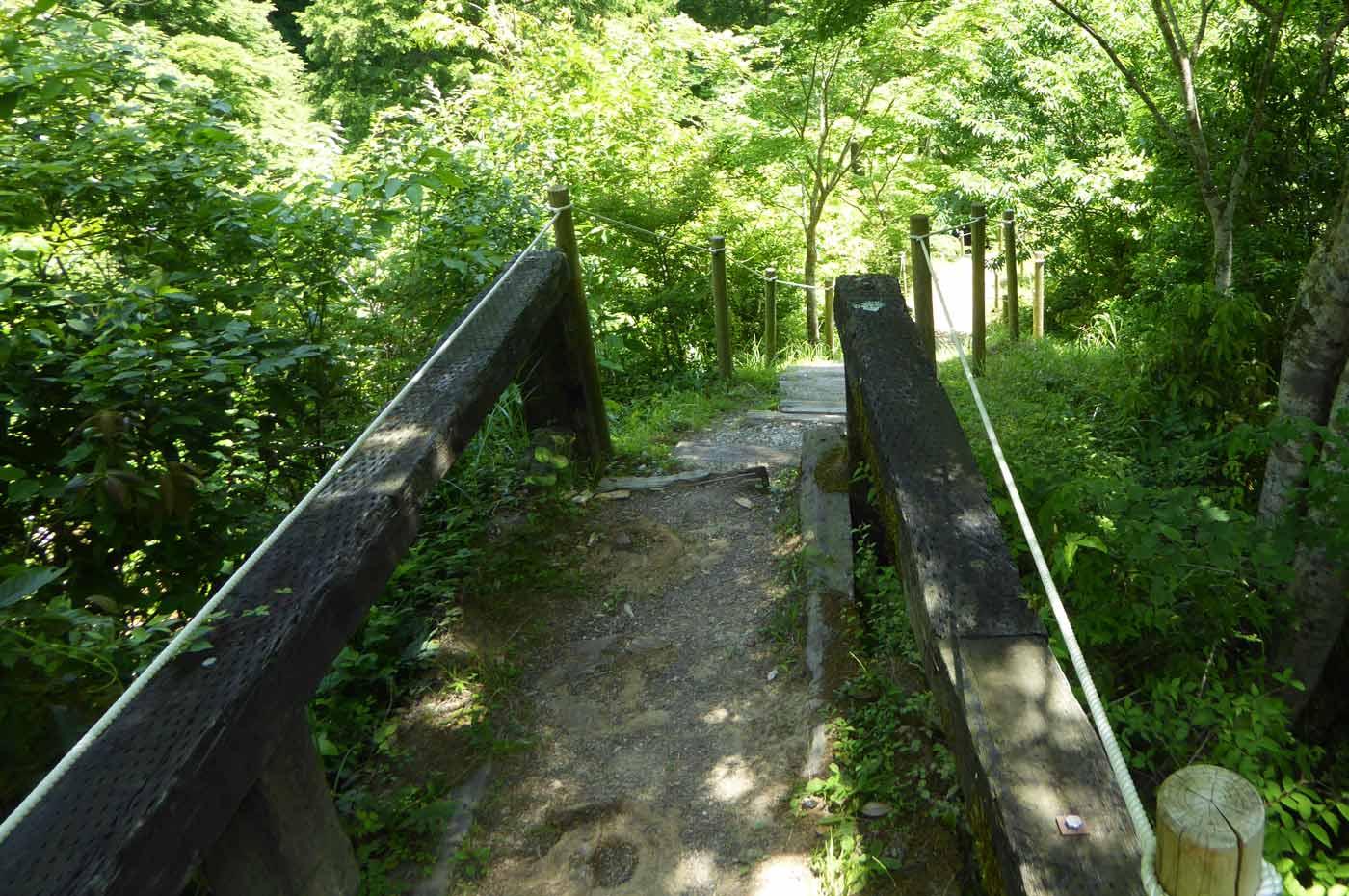 四方木不動滝への階段