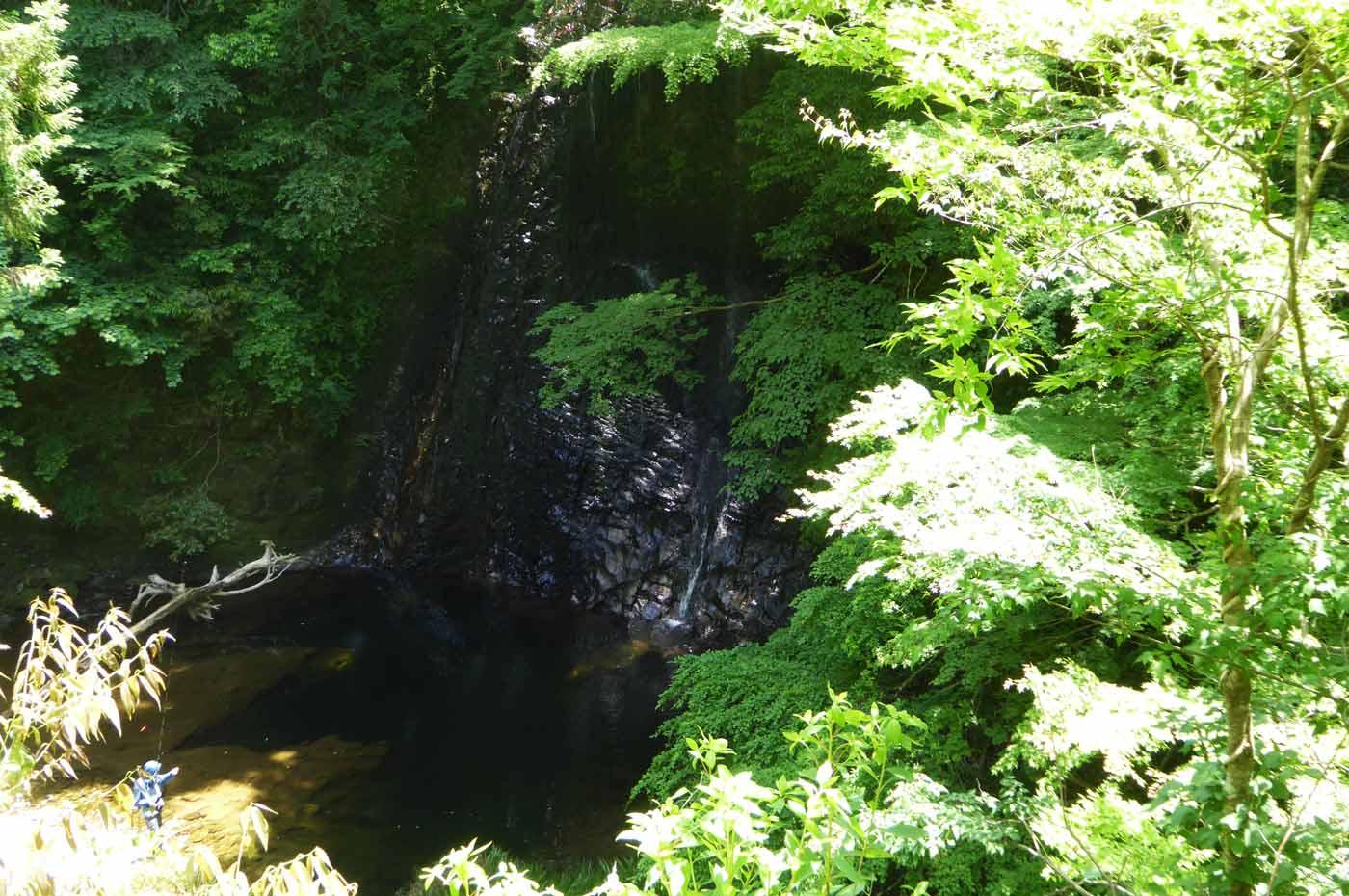 休憩所から雄滝を望む
