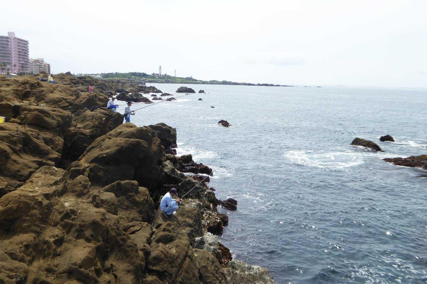 釣り場から野島崎灯台を望む