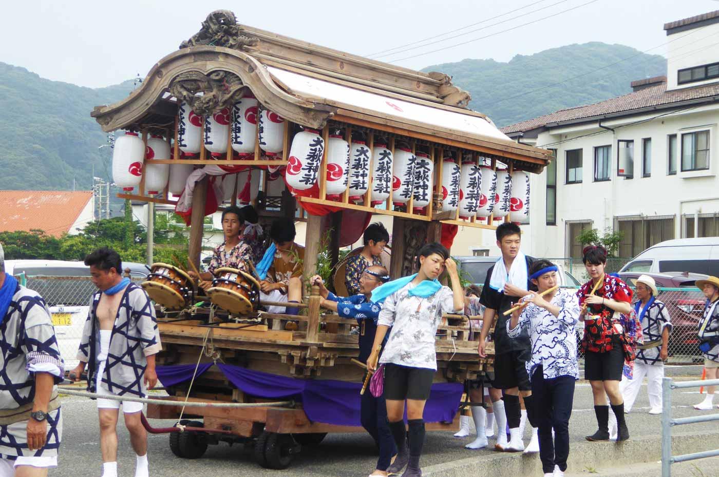 大荻神社の屋台を前から撮影