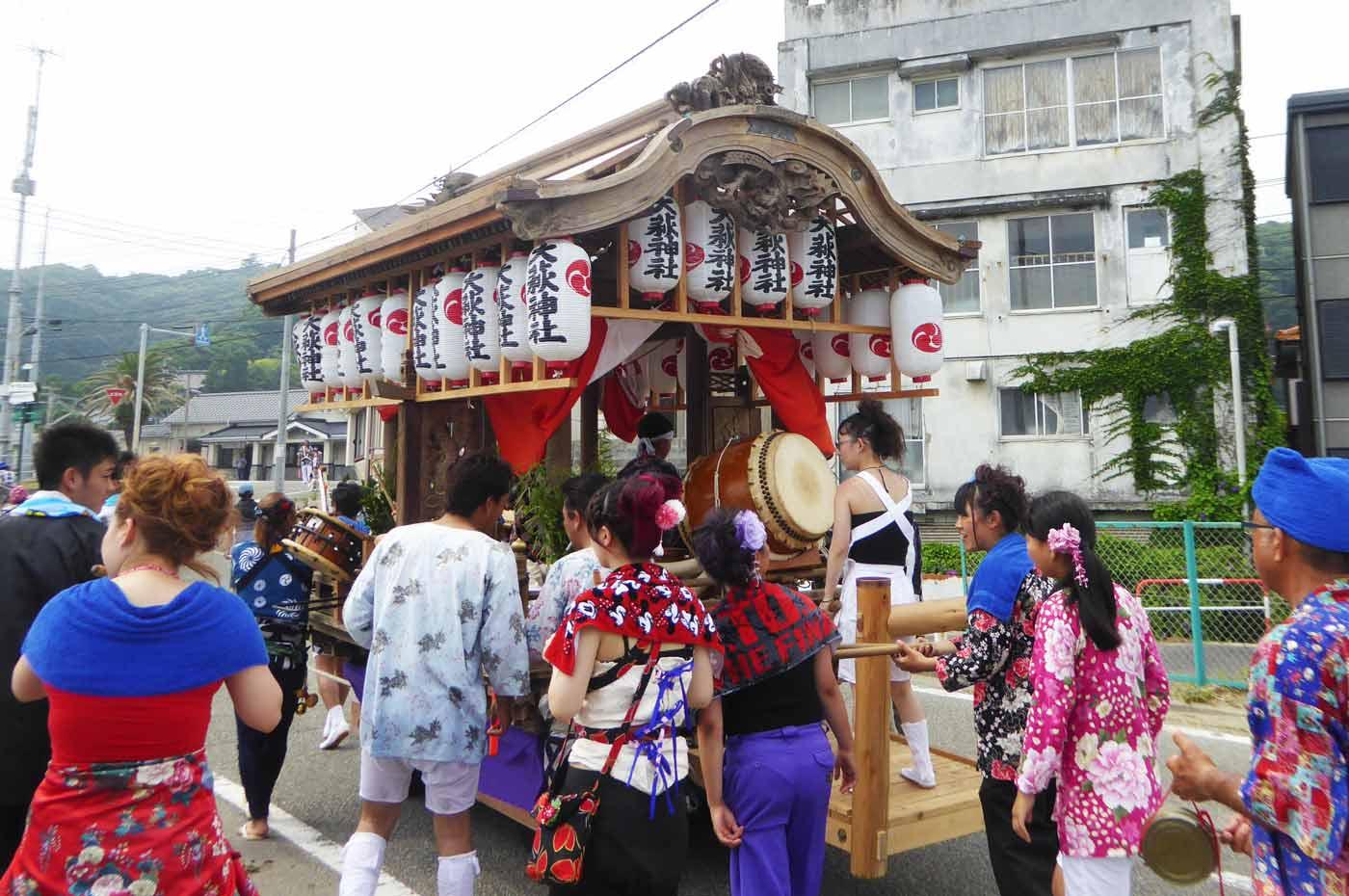 大荻神社の屋台を後ろから撮影