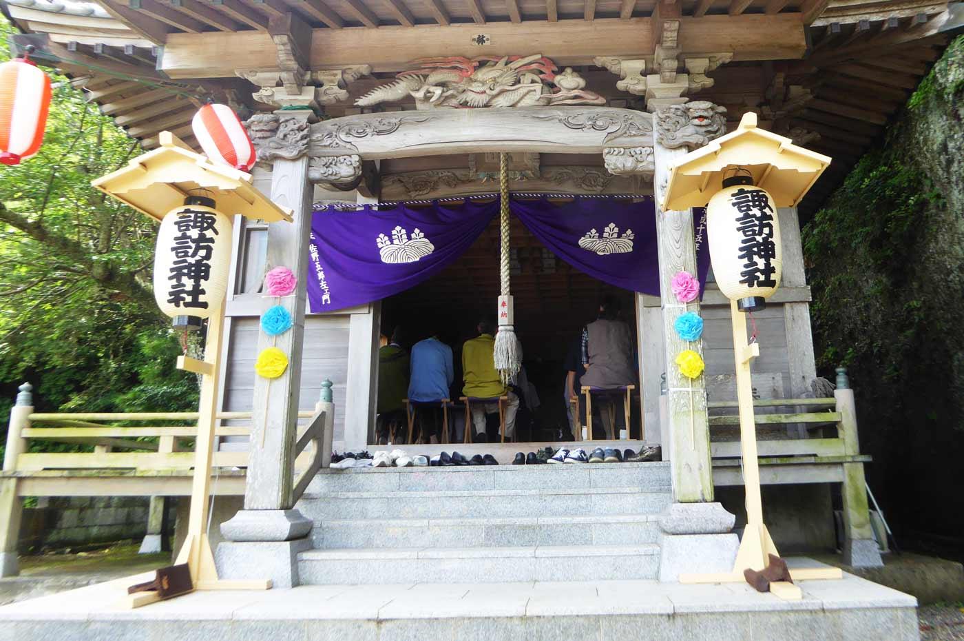 諏訪神社拝殿の祭典の様子