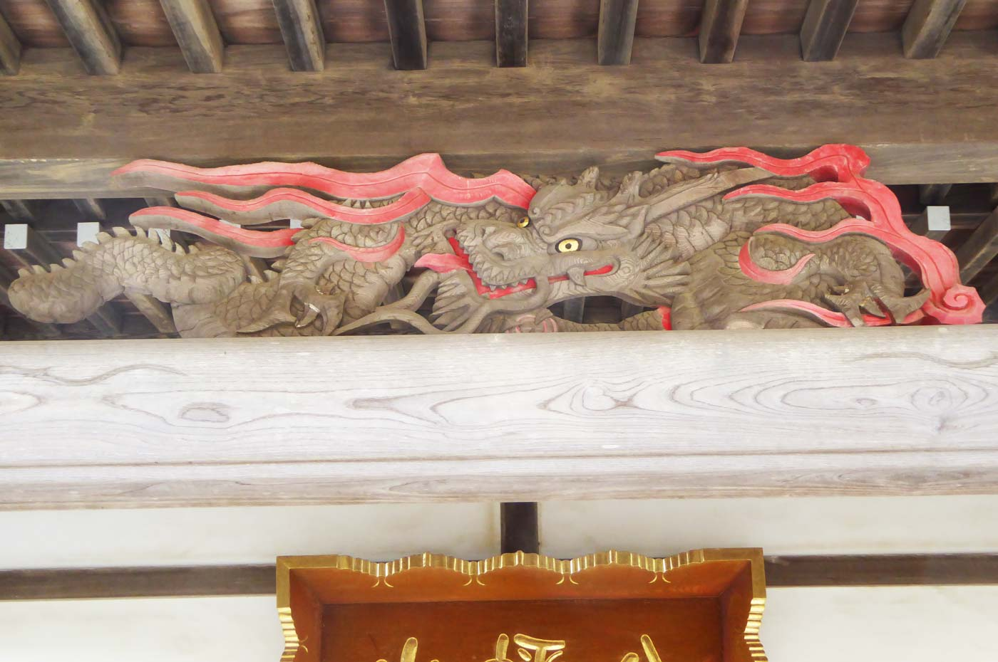 本堂向拝の龍の彫刻の画像
