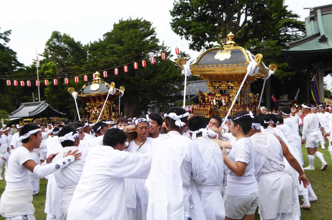 やわたんまちに出祭する洲宮神社の神輿