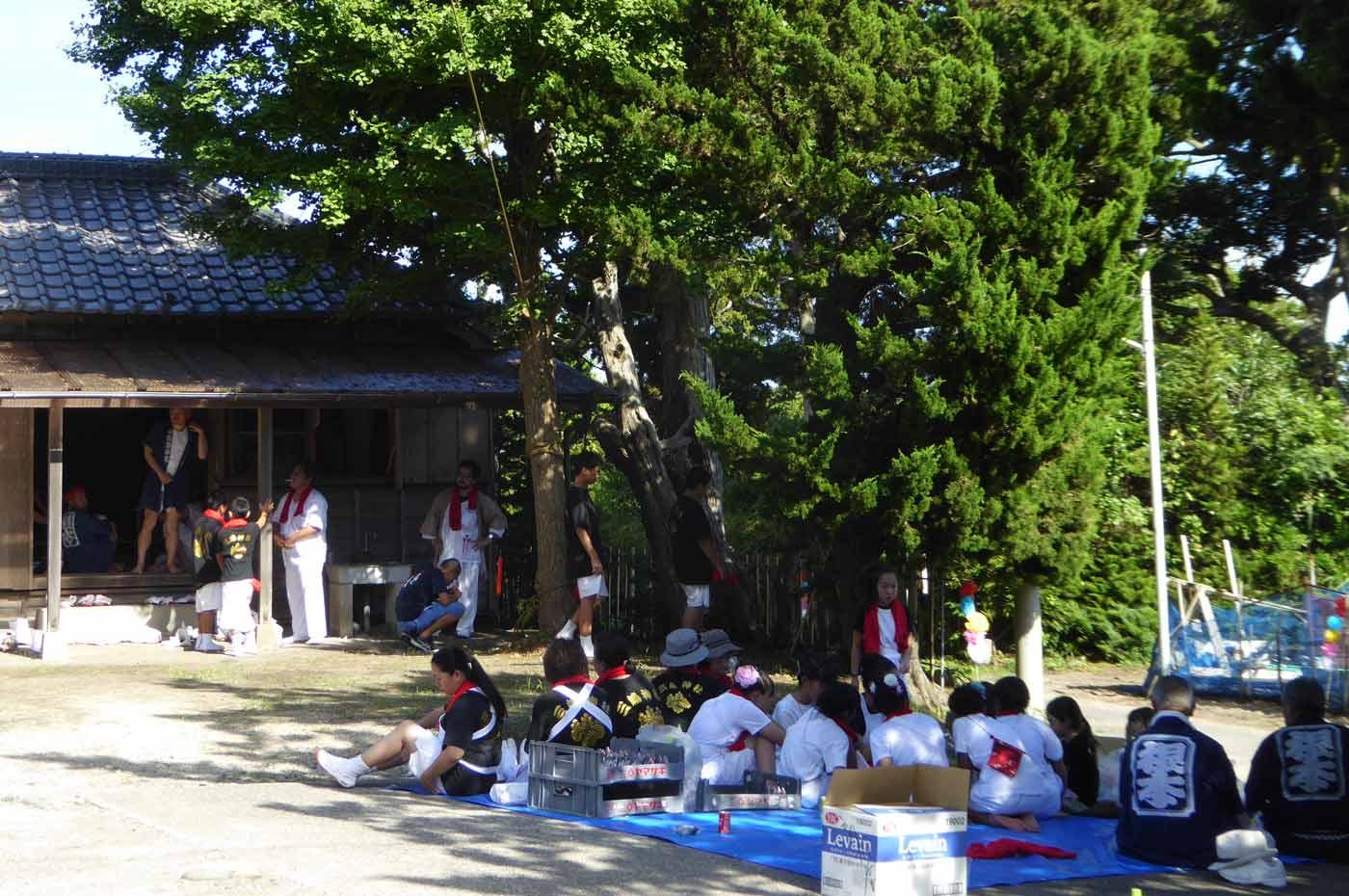 三嶋神社に集まる根本地区の人々