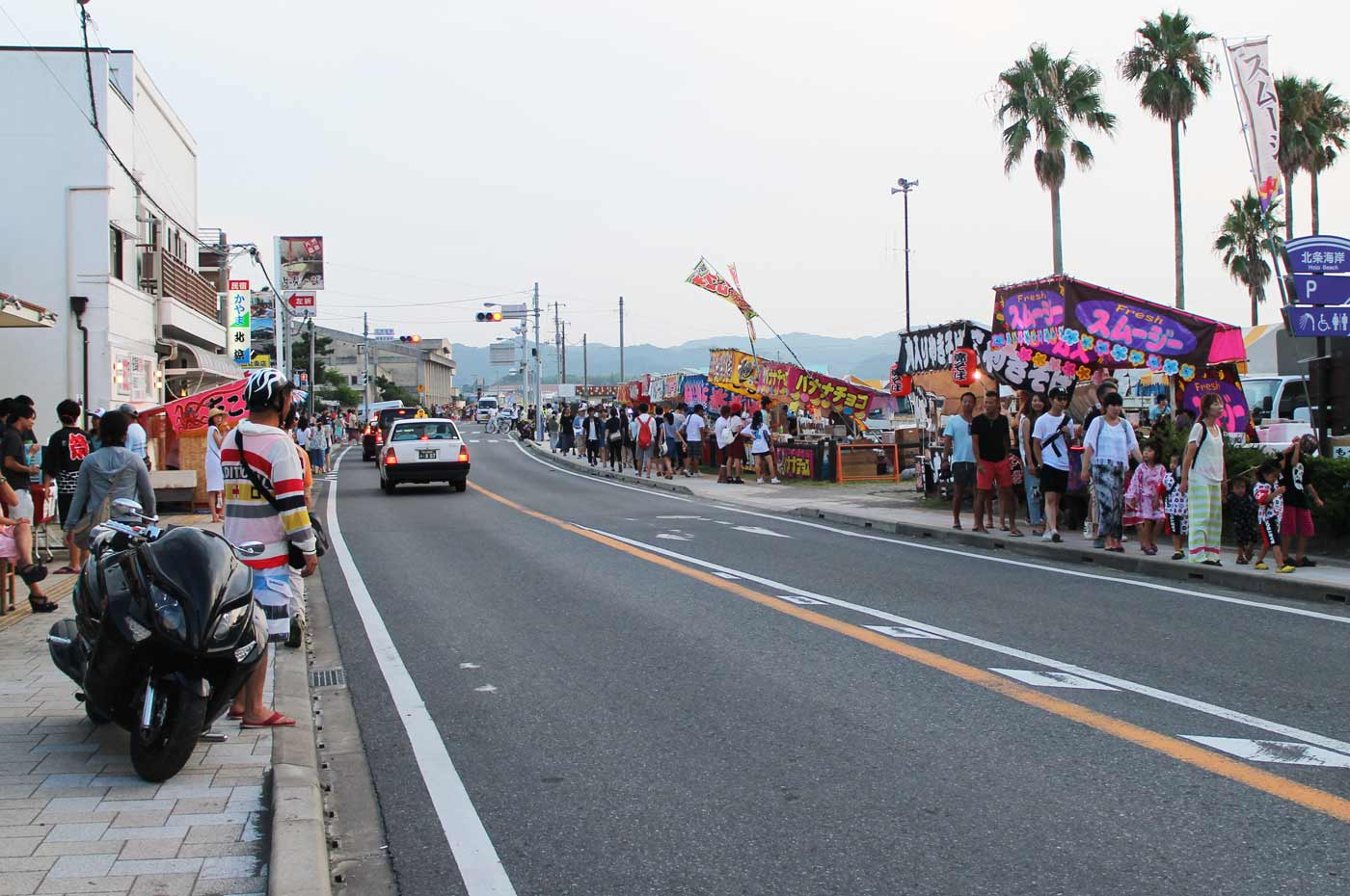 海岸通りに立ち並ぶ露天