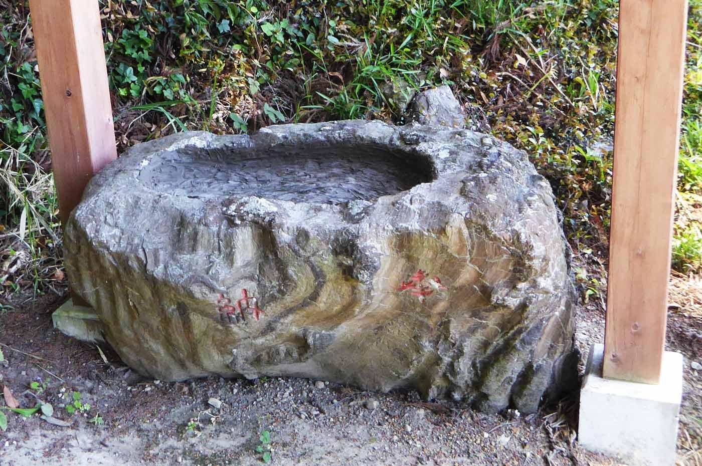 模様のある手水石