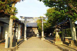 子安神社の境内と拝殿の画像