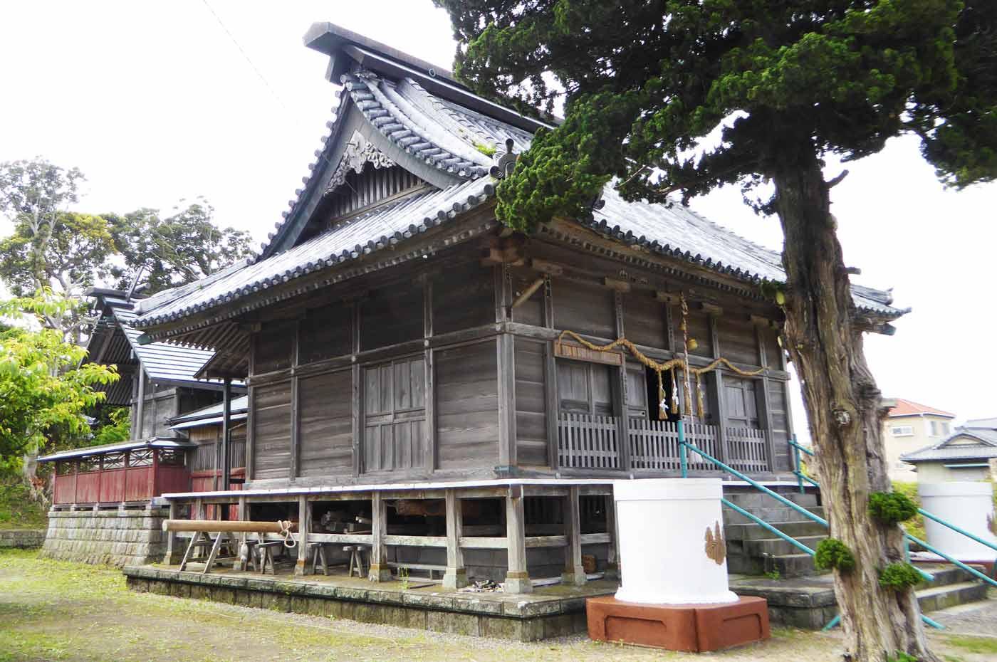 布良崎神社拝殿と本殿