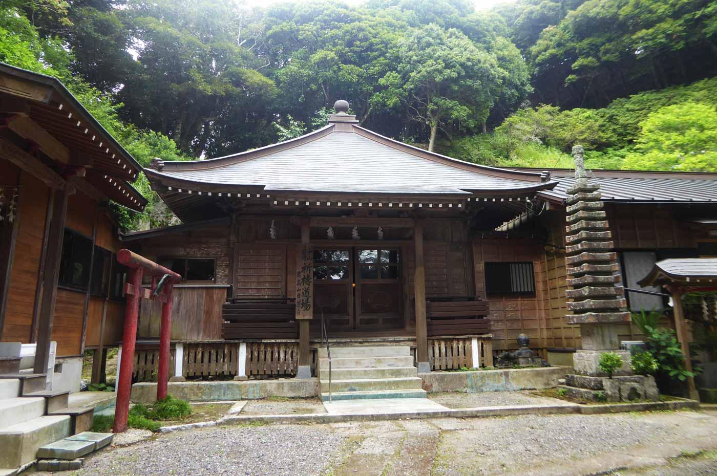 岩高山日蓮寺の境内