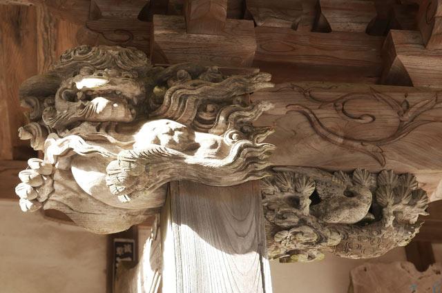 後藤義孝の木鼻(左)の彫刻