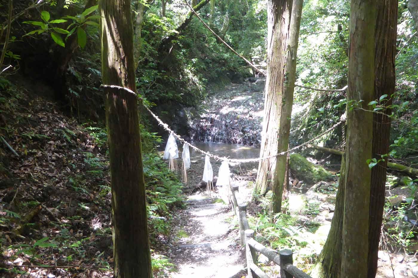 東屋下の小さな滝