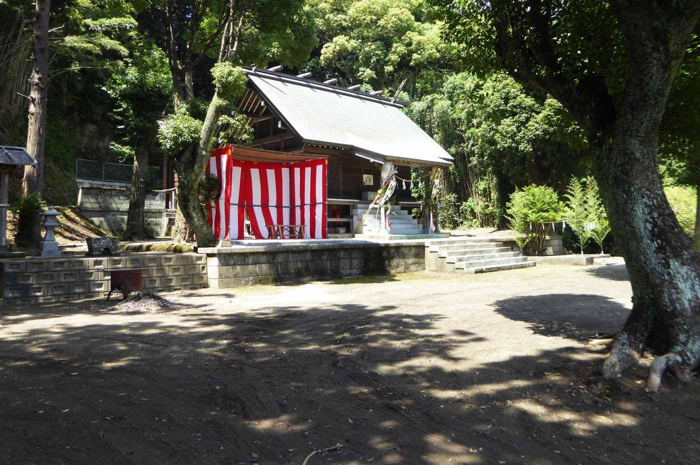 拝殿を斜め左前から撮影