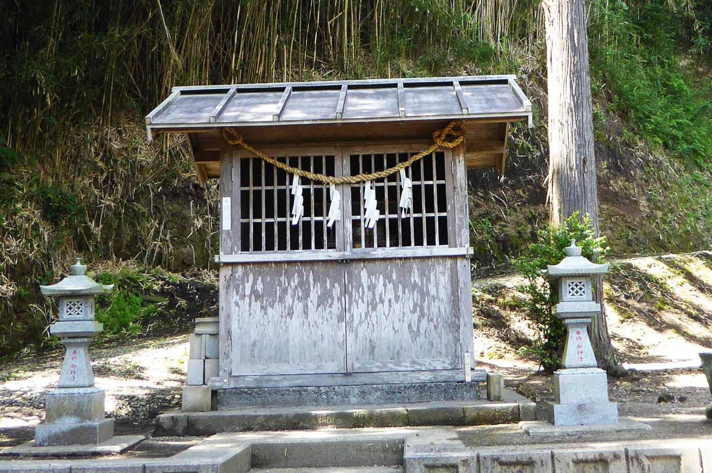 洲宮神社拝殿左の小さな社の画像