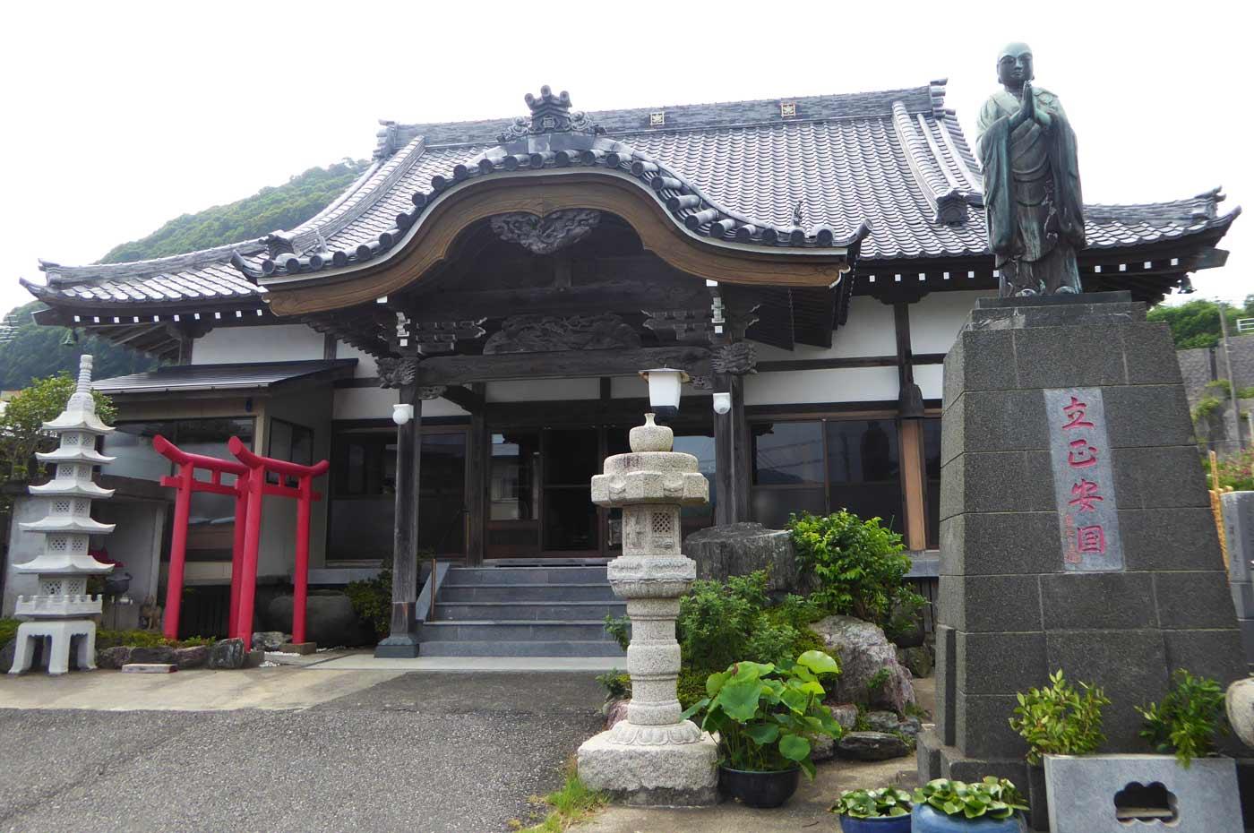 高生寺の日蓮聖人像と本堂