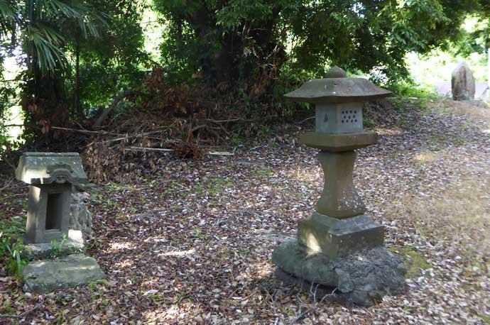 打墨神社境内の小さな石灯篭