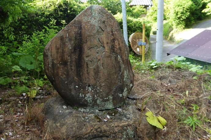 打墨神社境内の小さなきな石碑