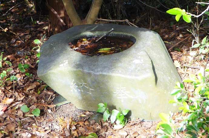 莫越山神社拝殿右横の手水石