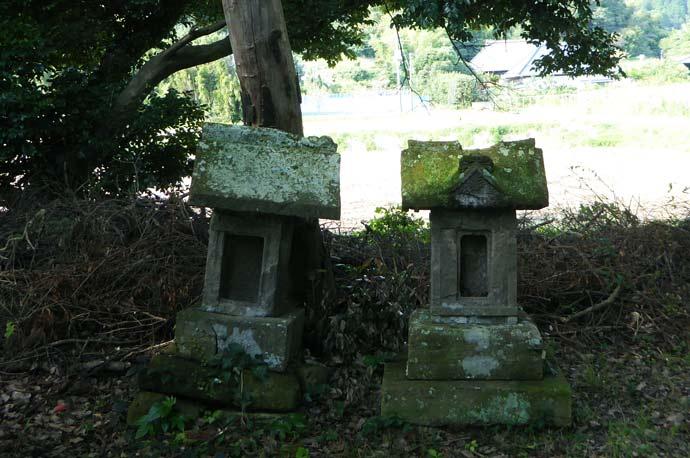 莫越山神社拝殿裏の石祠