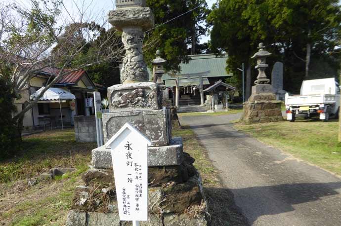 莫越山神社の永夜灯(右)