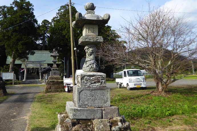 莫越山神社の永夜灯(左)