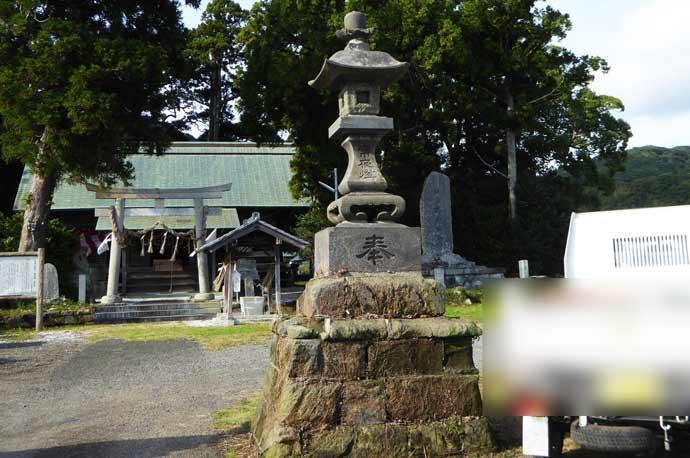 莫越山神社の常夜灯(右)