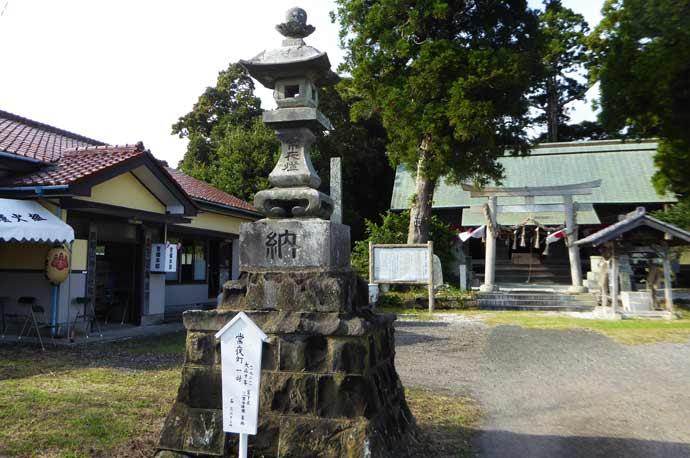 莫越山神社の常夜灯(左)