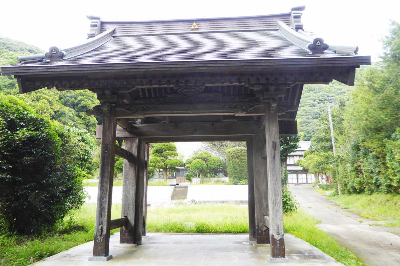 慈雲寺山門を正面から撮影