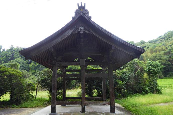 慈雲寺山門を横から撮影