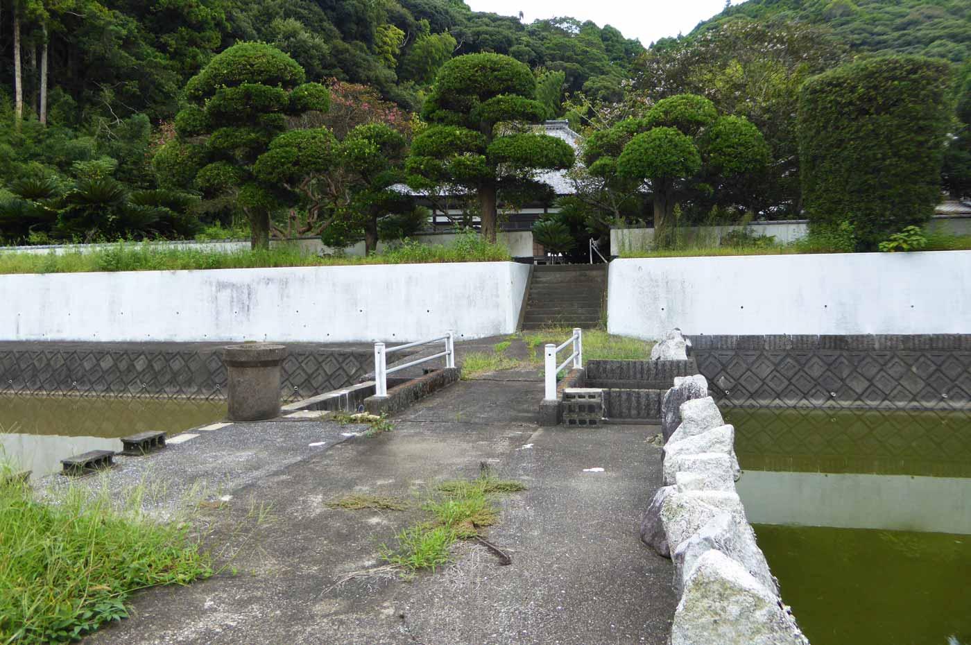 慈雲寺前の溜池