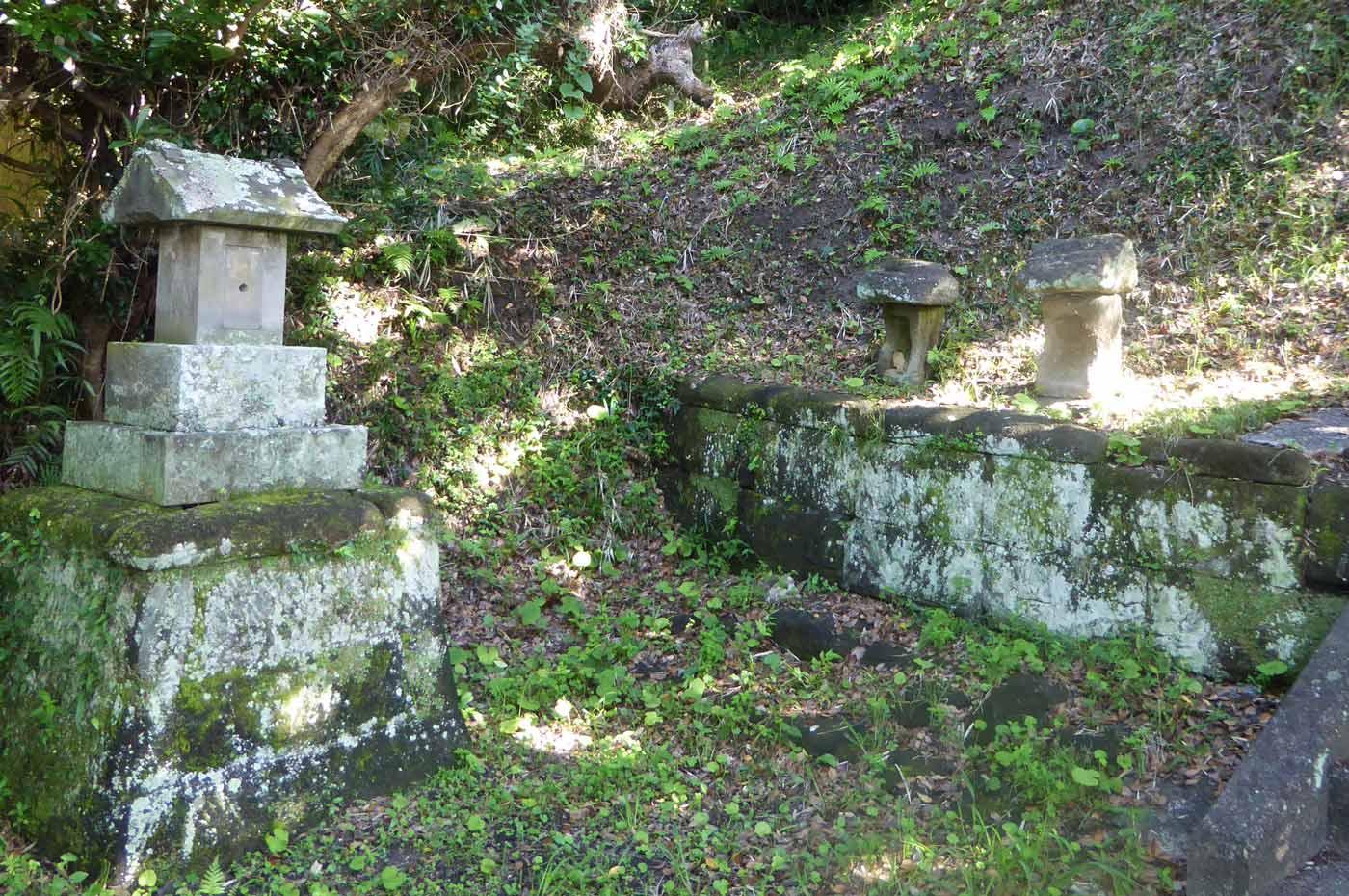 御霊神社の石祠の画像