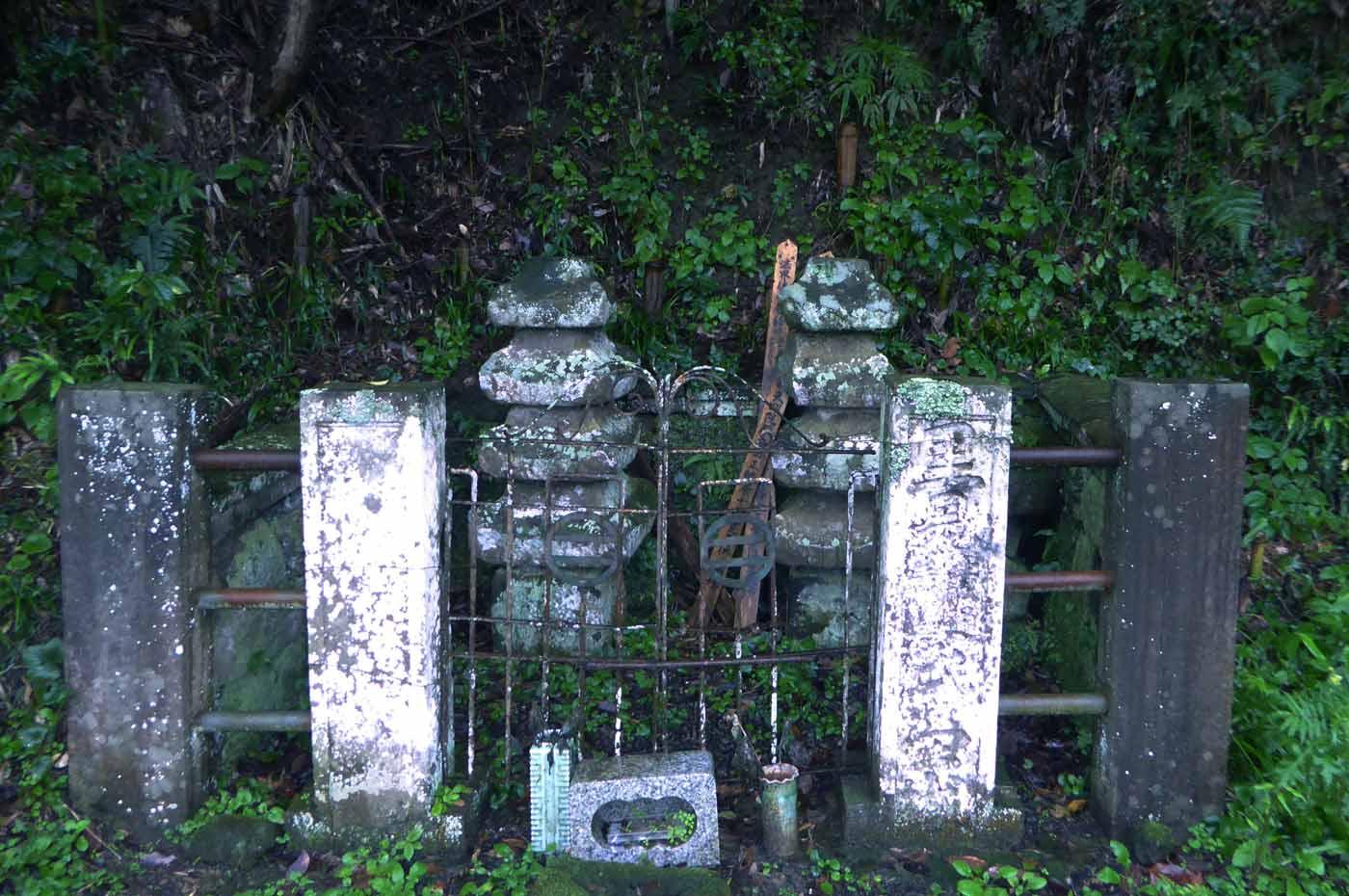 里見義道と里見義豊の墓の画像
