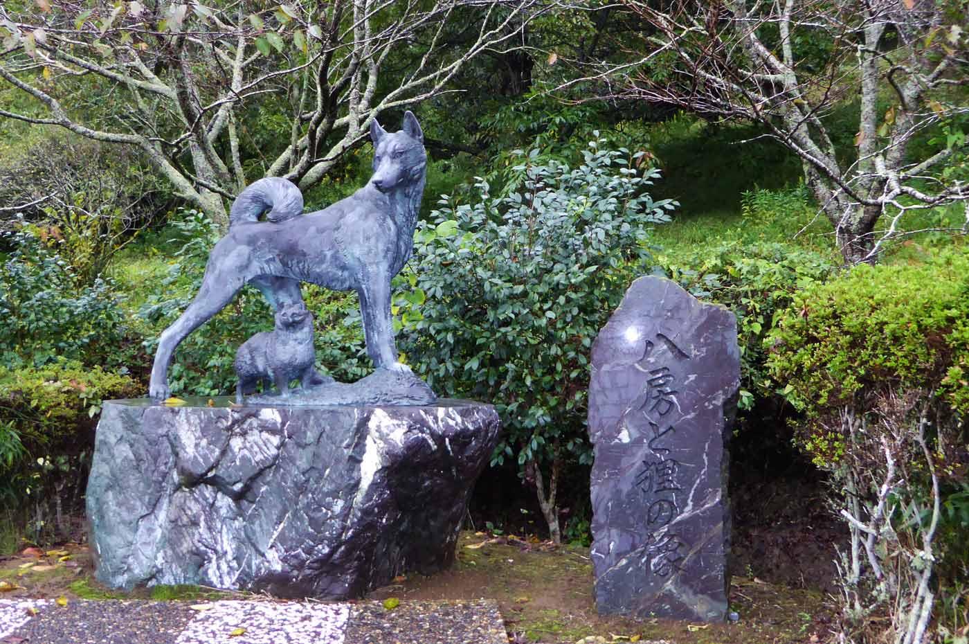 八房と狸の像