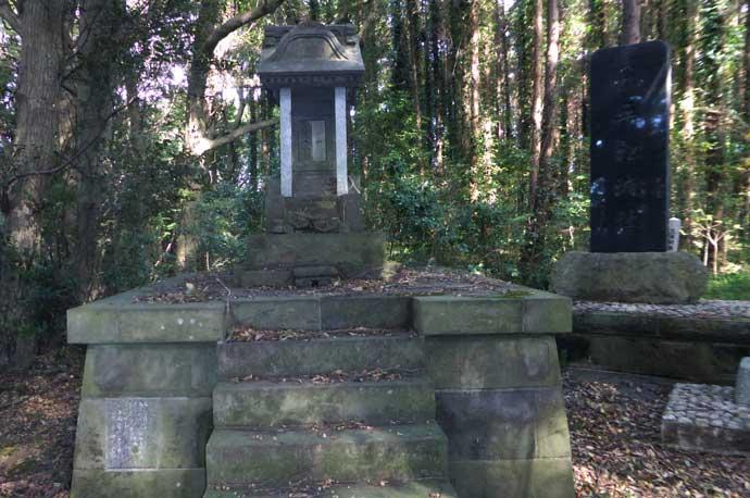 左奥の平松城の石祠