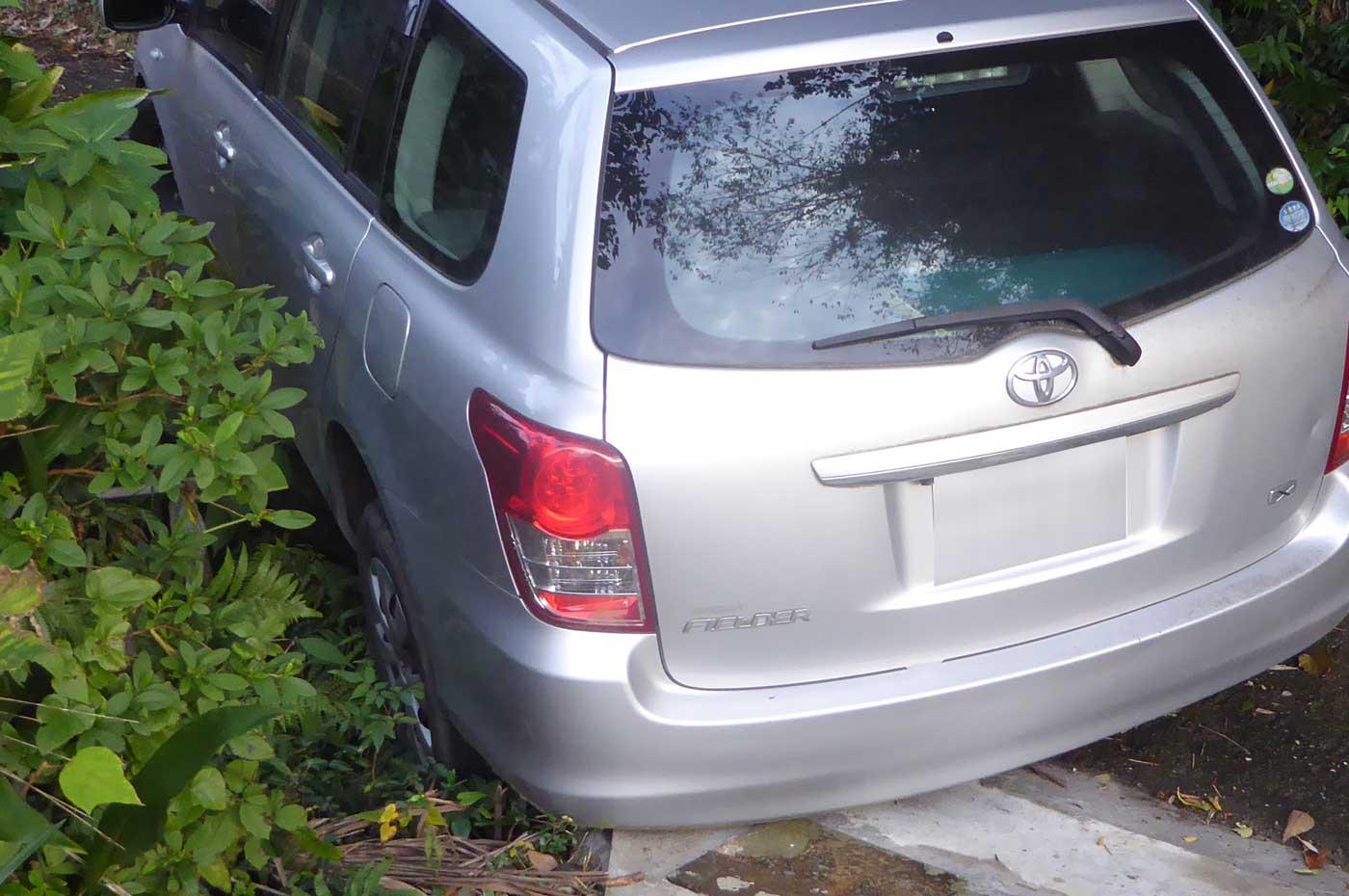 脱輪した車の画像