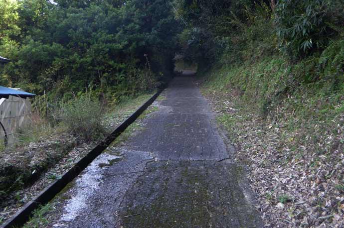 平松城址への道のり(カーブの先の直線)