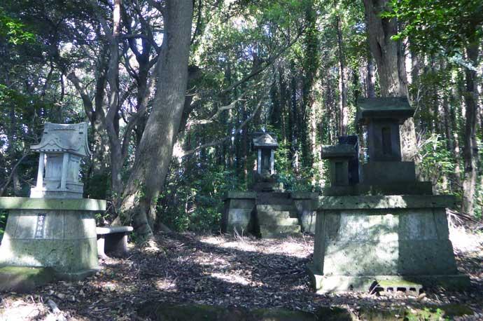 平松城址の石碑と石祠