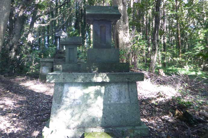 左手前の石祠(古峯神社)