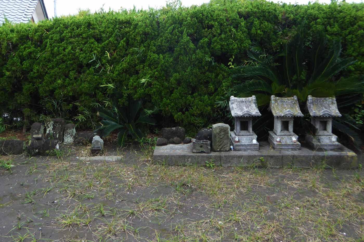 竈神社の石祠群の画像